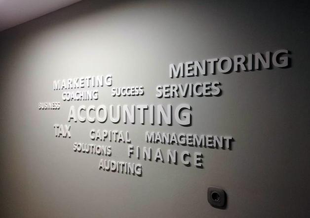ανάγλυφα γράμματα σε τοίχο γραφείου
