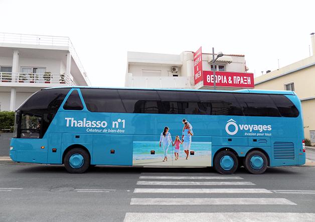 διαφημιστική προβολή σε τουριστικό λεωφορείο