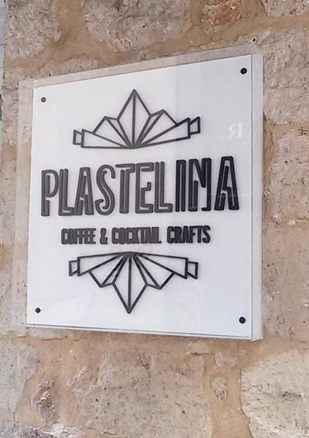 plexiglass κουτί με ανάγλυφα γράμματα