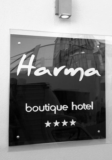 plexiglass επιγραφή ξενοδοχείου